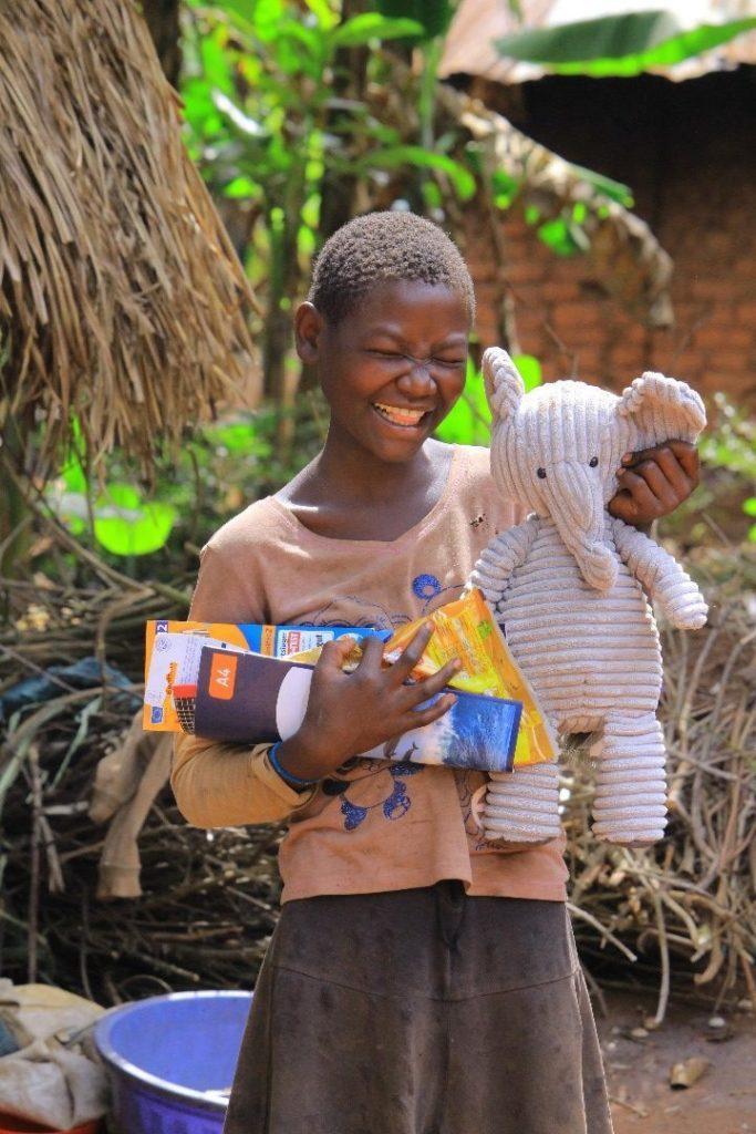 Waisenkind freut sich über ein Päckchen der Hoffnung
